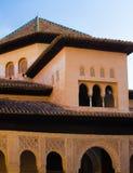 西班牙、格拉纳达、阿尔罕布拉,建筑设计的多平实混合,精心制作的伊斯兰教的雕刻和简单的墙壁在上层 库存图片