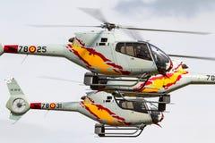 西班牙人从执行空中显示的Patrulla阿斯帕显示队的空军队欧洲直升机公司EC-120B Colibri直升机 库存图片