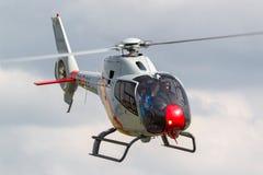 西班牙人从执行空中显示的Patrulla阿斯帕显示队的空军队欧洲直升机公司EC-120B Colibri直升机 免版税库存图片