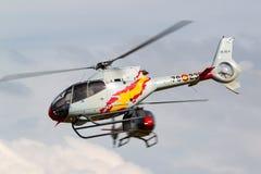 西班牙人从执行空中显示的Patrulla阿斯帕显示队的空军队欧洲直升机公司EC-120B Colibri直升机 免版税库存照片