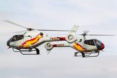 西班牙人从执行空中显示的Patrulla阿斯帕显示队的空军队欧洲直升机公司EC-120B Colibri直升机 库存照片