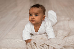 西班牙和非裔美国人婴儿说谎的周道的两种人种的混合 库存照片