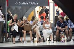 西班牙地铁在巴塞罗那,人民坐在平台的长凳 库存照片