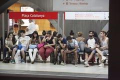 西班牙地铁在巴塞罗那,人民坐在平台的长凳 免版税库存照片