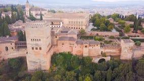 西班牙城堡阿尔罕布拉宫 位于格拉纳达的宫殿和堡垒复合体,安大路西亚 从寄生虫的空中录影镜头 股票录像