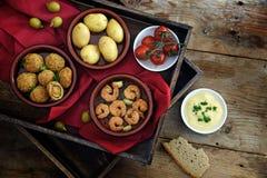 西班牙塔帕纤维布当党开胃菜,被烘烤的橄榄,大虾虾, 库存照片