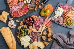 西班牙塔帕纤维布或意大利开胃小菜的分类用肉 免版税库存照片