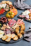 西班牙塔帕纤维布或意大利开胃小菜的分类用肉 免版税图库摄影