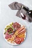 西班牙塔帕纤维布或意大利开胃小菜的分类用酒 免版税图库摄影
