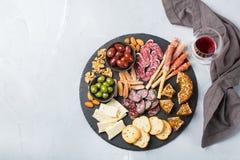 西班牙塔帕纤维布或意大利开胃小菜的分类用酒 库存照片