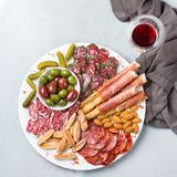 西班牙塔帕纤维布或意大利开胃小菜的分类用酒 免版税库存图片