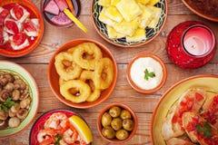 西班牙塔帕纤维布和桑格里酒的分类在一张土气桌上 免版税库存图片