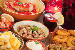 西班牙塔帕纤维布和桑格里酒的分类在一张土气桌上 库存照片