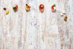 西班牙塔帕纤维布/快餐在一张木桌上 复制空间 免版税图库摄影