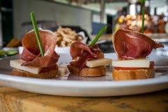 西班牙塔帕纤维布Iberic火腿和乳酪 免版税库存图片