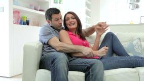 西班牙夫妇坐一起看电视的沙发 影视素材