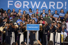 年轻西班牙女孩讲话在奥巴马总统竞选 免版税图库摄影