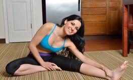 年轻西班牙妇女在家-健身 库存照片