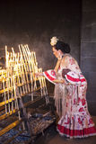 西班牙妇女在教会里打开蜡烛 免版税库存照片