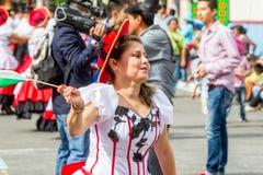 西班牙妇女在街道上跳舞 免版税库存照片