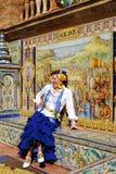 西班牙妇女坐长凳 免版税库存照片