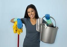 西班牙妇女愉快骄傲作为在家或旅馆佣人清洁和ho 图库摄影