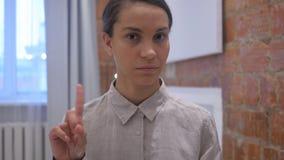 西班牙妇女挥动的手指和震动头对废弃物, 股票视频