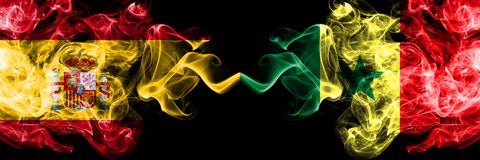 西班牙对塞内加尔,肩并肩被安置的塞内加尔发烟性神秘的旗子 厚实色柔滑抽西班牙语和塞内加尔的旗子, 免版税库存图片