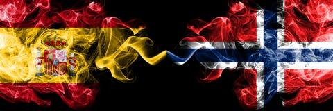西班牙对挪威,肩并肩被安置的挪威发烟性神秘的旗子 厚实色柔滑抽西班牙语和挪威的旗子, 库存照片