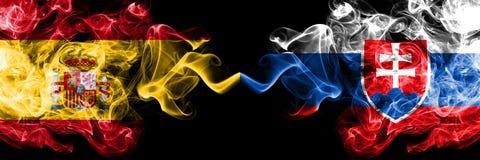 西班牙对斯洛伐克,肩并肩被安置的斯洛伐克的发烟性神秘的旗子 厚实色柔滑抽西班牙语和斯洛伐克的旗子, 库存照片