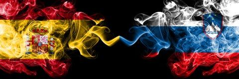 西班牙对斯洛文尼亚,肩并肩被安置的斯洛文尼亚发烟性神秘的旗子 厚实色柔滑抽西班牙语和斯洛文尼亚的旗子, 库存图片