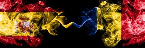 西班牙对罗马尼亚,肩并肩被安置的罗马尼亚发烟性神秘的旗子 厚实色柔滑抽西班牙语和罗马尼亚的旗子, 免版税库存图片