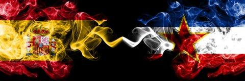 西班牙对肩并肩被安置的南斯拉夫发烟性神秘的旗子 厚实色柔滑抽西班牙语和南斯拉夫的旗子 库存图片