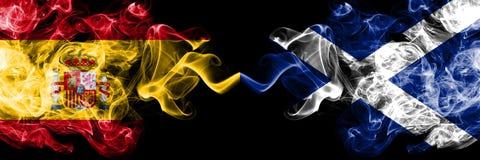 西班牙对苏格兰,肩并肩被安置的苏格兰发烟性神秘的旗子 厚实色柔滑抽西班牙语和苏格兰的旗子, 库存照片