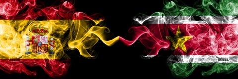 西班牙对苏里南,肩并肩被安置的苏里南发烟性神秘的旗子 厚实色柔滑抽西班牙语和苏里南的旗子, 免版税库存照片