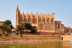 西班牙帕尔马历史的市中心有哥特式大教堂La Seu的看法 达成协议色greyed的区拜雷阿尔斯夹子包括海岛映射路径替补被遮蔽的状态周围的领土对植被 库存图片