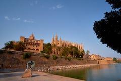 西班牙帕尔马历史的市中心有哥特式大教堂La Seu的看法 达成协议色greyed的区拜雷阿尔斯夹子包括海岛映射路径替补被遮蔽的状态周围的领土对植被 免版税库存照片