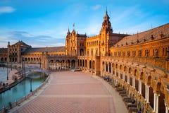 西班牙广场在日落的玛丽亚路易莎公园,塞维利亚,安大路西亚,西班牙 免版税库存图片