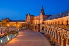 西班牙广场在黄昏的玛丽亚路易莎公园,塞维利亚,安大路西亚,西班牙 免版税库存图片