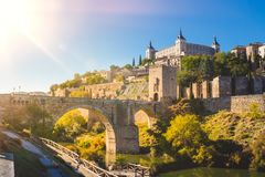 西班牙托莱多 城堡和阿尔坎塔拉桥梁-普恩特de AlcA? ¡ ntara 库存图片