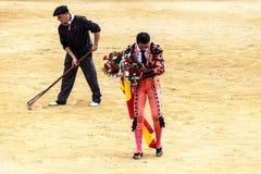 西班牙斗牛 被触怒的公牛侵袭斗牛士 西班牙2017 07 25 2017年 Vinaros巨大的Corrida de toros 免版税库存图片