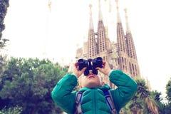 西班牙旅行-在Sagrada Familia,巴塞罗那前面的小男孩 库存图片
