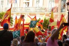 西班牙旗子,由方形的人民的抗议者举行 免版税库存照片