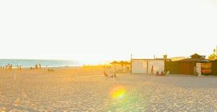 西班牙暑假 花名册海滩 享用海滩的人们在日落 花名册,卡迪士 库存照片