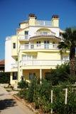 西班牙样式的美丽的房子 免版税库存照片