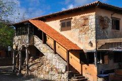 西班牙样式的老石房子与石梯子 免版税库存图片