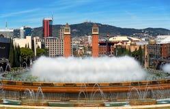 西班牙正方形和魔术喷泉在巴塞罗那,卡塔龙尼亚,西班牙 免版税库存图片