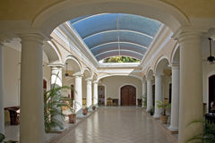 西班牙殖民地大厦内部 免版税图库摄影
