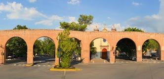 西班牙殖民地aquaeduct在墨瑞利亚,中央 免版税库存照片
