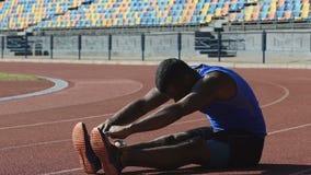 西班牙每日锻炼运动员成套坐连续轨道 股票录像